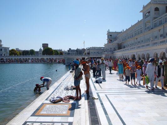 Der Amrit Sarovar (Nektarteich), der auch für die Namensgebung der Stadt Amritsar verantwortlich ist, dient den Gläubigen für rituelle Waschungen.