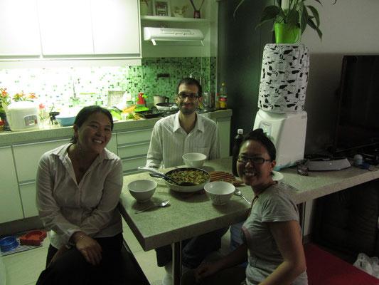 Unsere zweiten Gastgeber in Sao Paulo mit Chihi vor dem Abendessen.
