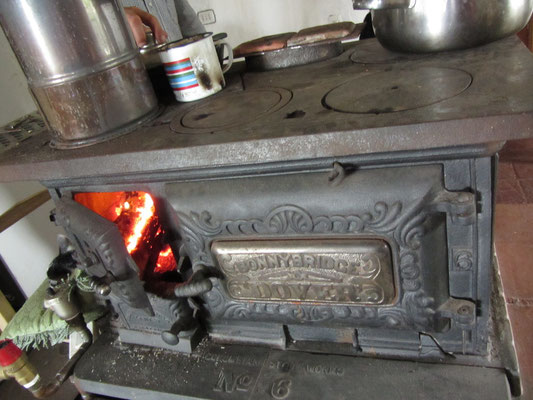 Der antike Ofen in unserem Haus ist multifunktional. Er wärmt das Haus, erhitzt das Essen und trocknet die Kleidung.