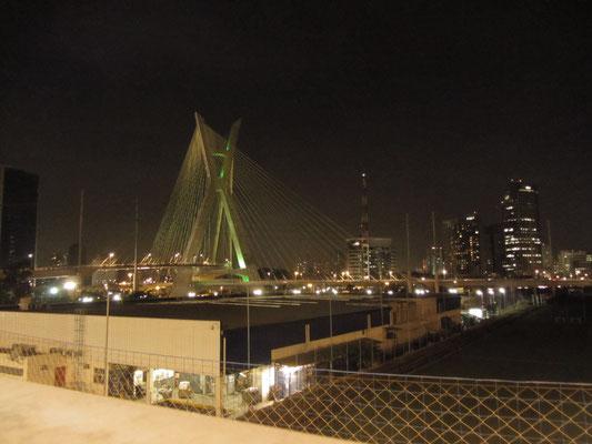Die Octavio-Frias-de-Oliveira-Brücke bei Nacht.
