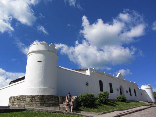 Mirador el Cuartel. Das alte Gefängnis auf dem Hügel behaust heute u.a. ein Kindermuseum.