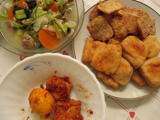 Fritterter Finger-Food und gebratenes Gemüse.
