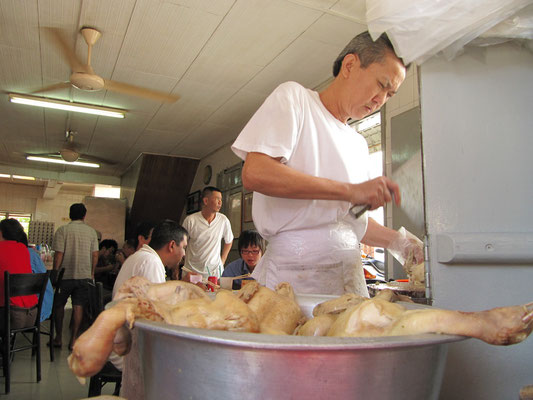 """Der Chef im berühmten """"Chicken Rice-Ball""""-Restaurant."""