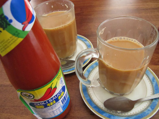 """Chai neben dem """"Heinz Ketchup Bruneis""""."""