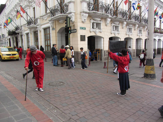 Ecuadorianische Verkehrserziehung. (Plaza Grande)