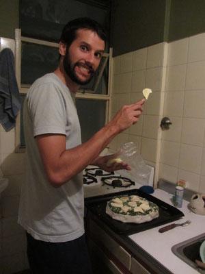 Unser guter Freund und Gastgeber Martin kocht für uns eine Mangoldquiche.