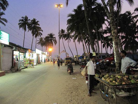 Die Hauptstraße zum Strand bei Nacht.