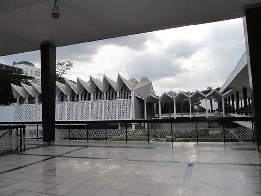 Die Masjid Negara (Staats-/Nationalmoschee).