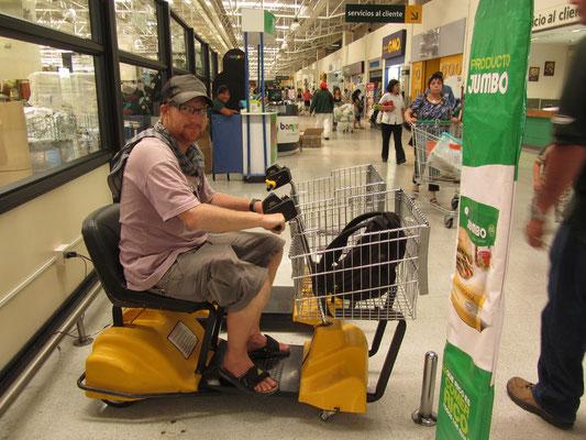 Beim Einkauf. Leider hat Sebastian keinen Schlüssel bekommen, seine Behinderung war nicht ausreichend.