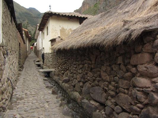 Innerhalb dieser Canchas befinden sich jeweils die Gebäude eines Bauernhofes, in denen noch weitgehend gelebt wird wie in alten Vorzeiten.