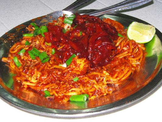 Mee Sotong. Gebratene Nudeln mit Tintenfisch nach indischer Art.