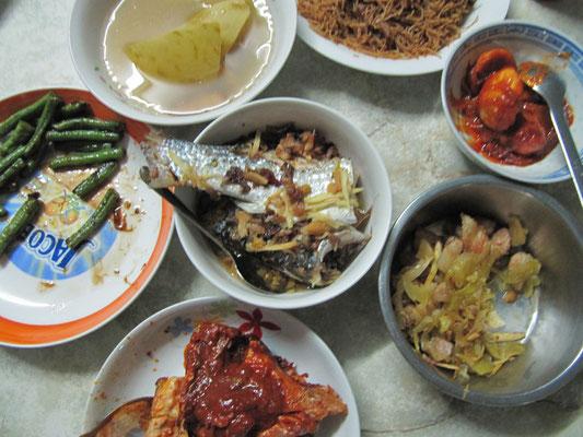 Bruneis Küche bei unserem Gastgeber. Glücklicherweise hatte der äußerst gefräßige Vater einiges zurückgelassen.