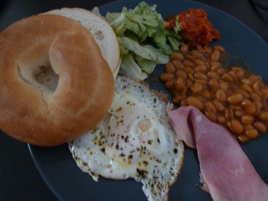 Frühstück a la teamtour mit Bagel & Bohnen.