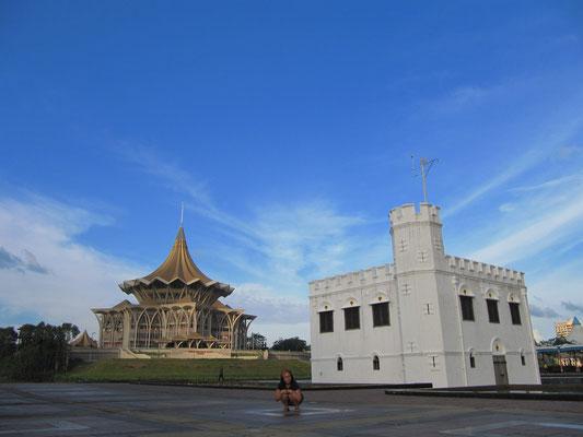 """Der DUN-Komplex (Parlament Sarawaks) und die """"Square Tower"""" (eine Festung, welche auch als Gefängnis, später als Tanzsaal benutzt wurde)."""