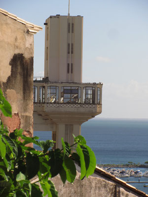 Der Lift nach unten/oben heißt Elevador Lacerda. Der Schnellaufzug, der etwa 50.000 Passagiere am Tag transportiert. Er dient der Verbindung der Cidade Baxia (Unterstadt) mit der Cidade Alto (Oberstadt).