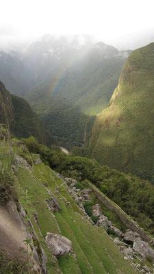 Ein Regenbogen neben Machu Picchu. WoW!