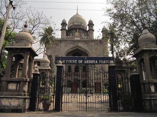 Der Oberste Gerichtshof des Bundesstaates Andra Pradesh. Erbaut im gleichen Stil wie das Omanische Krankenhaus.