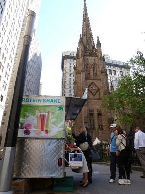 Protein-Shakes vor der Trinity Church.