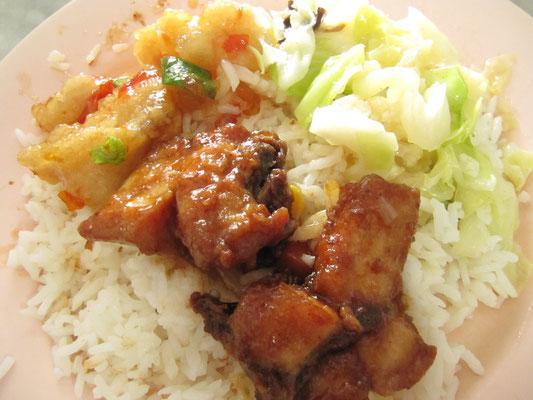 Gemischte Fleischgerichte auf Reis. Ein günstiger Mittagstisch.