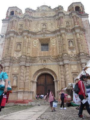 Die Kirche Santo Domingo aus dem 16. Jahrhundert hat eine schöne barocke Fassade