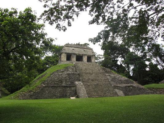 Der Templo del Conde geört zur Norgruppe. Der Verrückte Count de Waldeck lebte hier einige Zeit während der ersten Hälfte des 19. Jahrhunderts und kartografierte Palenque..