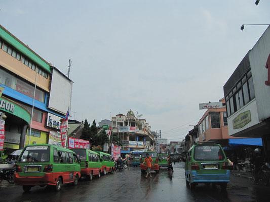 Überall Ankots. Herrlich billig, aber grauenhaft schwierig - ohne Indonesisch - mit diesen öffentlichen Minibussen durch die Stadt zu cruisen.