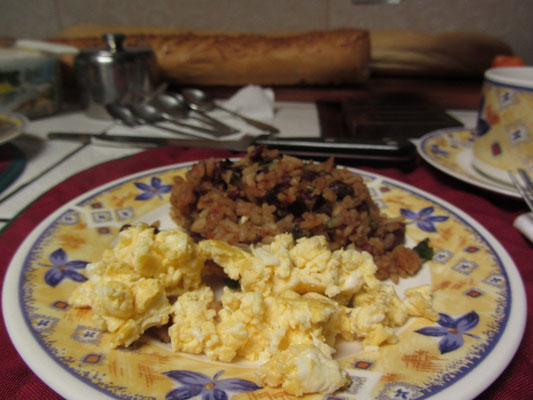 Traditionelles Frühstück bei der Familie unseres Gastgebers. Natürlich darf Gallo Pinto und Rührei nicht fehlen.