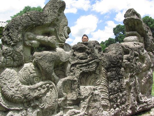 Zwischen den Zwillingsschlangenköpfen. Altar G (um 800) ist eines der jüngsten Monumente in Copan.