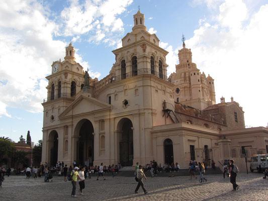 Die 1782 erbaute Kathedrale im altkolonialen Stil liegt direkt am Plaza San Martin, von deren Nordwestecke alle Hausnummern in der Stadt berechnet werden.