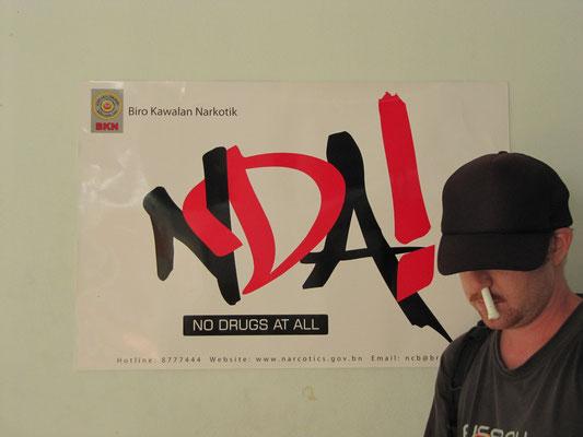An der Grenze wir unmißverständlich auf das Einfuhrverbot von Drogen hingewiesen. Menthol-Inhalationsstifte sind glücklicherweise nicht von dieser Gesetzgebung betroffen.