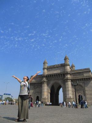 Chihi vor Mumbais Eiffelturm.