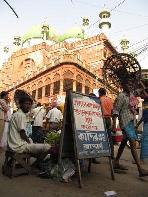 Vor der Nakhoda-Moschee.