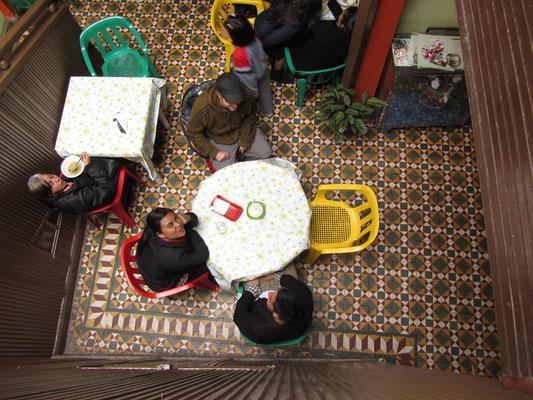 Beim Essen in einem typisch kolumbianischen Mutter-kocht-zu-niedrigem-Preis-Restaurant.