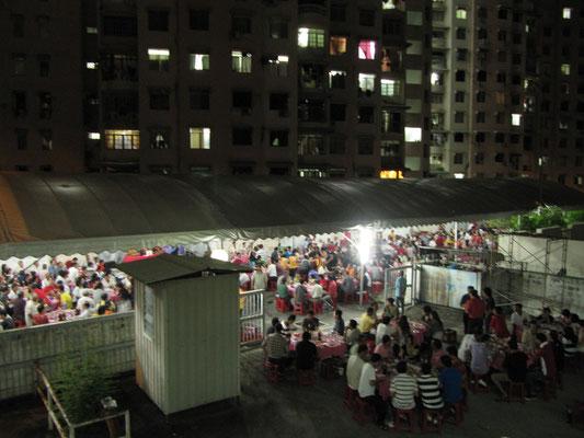 Das Abschlussessen der Nachbarschaft am Ende der Geisterfeier.