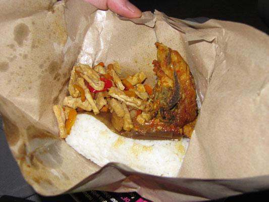 Im Zug nach Solo. Kleiner Snack für kleines Geld. Fisch, Tofu und Reis. Aber alles mit ordentlich Schmackes!