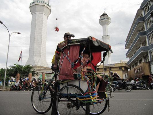 Rikschafahrer vor der Alung-Moschee.