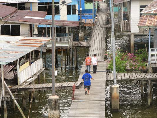 """Kampong Ayer. Mit zigtausenden Bewohnern, das größte """"Wasserdorf"""" der Welt."""