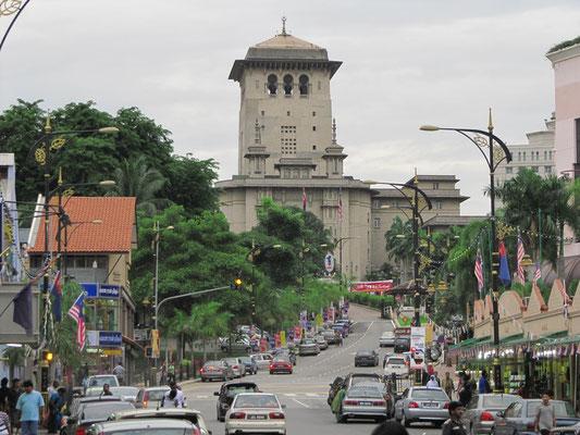 Jalan Ungku Puan mit dem Sultan Iskandar Gebäude im Hintergrund.