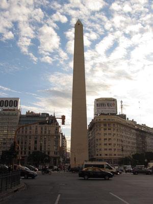 Der Obelisk auf der Av. 9 de Julio Ecke Diagonal Norte ist das Wahrzeichen der Stadt.