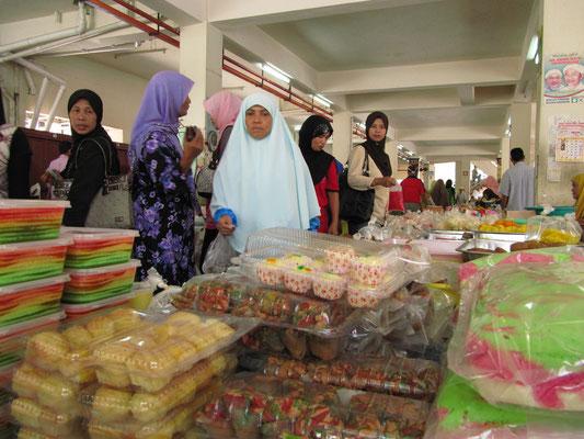 Frauen beim Süßigkeitenkauf.
