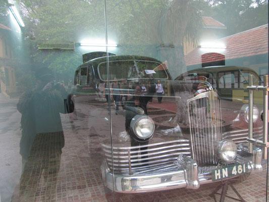 Eines der Amtsfahrzeuge Ho Chi Minhs / Wir, gespiegelt in der Glasscheibe.