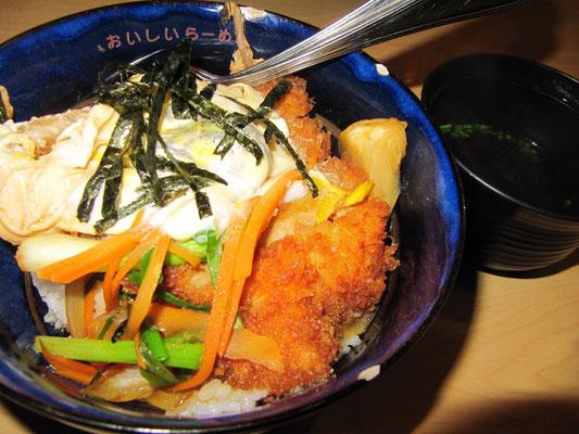 Katsu-Don (japanisch; paniertes Schweineschnitzel mit Ei, Gemüse & Seetanggarnitur auf Reis).