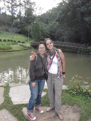 Chihi mit unserer Gastgeberin im Garten des Zu-Lai-Tempels.