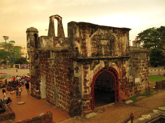 Die Porta De Siantago. Das berühmte Wahrzeichen wurde vom portugiesischen Admiral Alfonso d'Albucherque während der portugiesischen Invasion von 1511 errichtet.