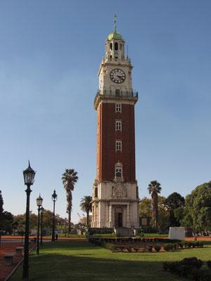 Der Uhrenturm auf der Plaza Fuerza Aerea Argentina.