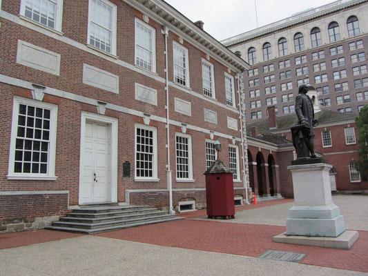 """Zwischen 1732 und 1756 als """"State House"""" von Philadelphia erbaut, bildet die Unabhängigkeitshalle eines der besten Beispiele für den sogenannten """"Georgian Style"""" und zeigt wie sich die Architektur Philadelphias zu diesem Zeitpunkt unmittelbar an England o"""