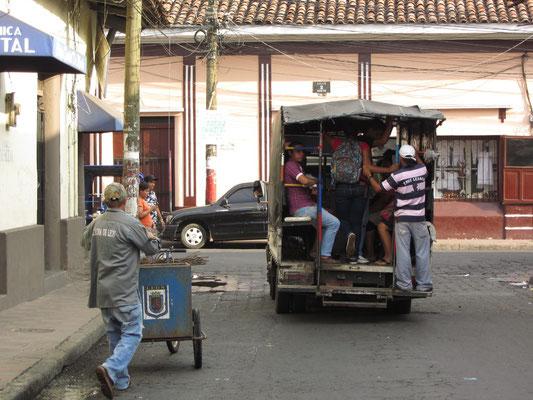 Die öffentlichen Busse erinnert stark an Viehtransporter.