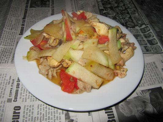 Gebratenes Gemüse mit Hühnerfleisch.