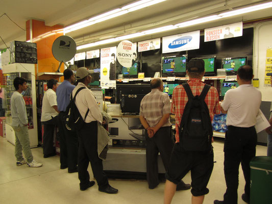 Fußballfans im Supermarkt.