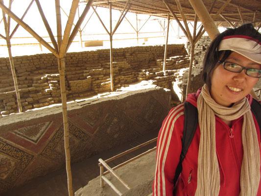 In der Ruine der Mondpyramide. Sie ist kleiner als die gegenüber liegende Sonnenpyramide (Huaca del sol).